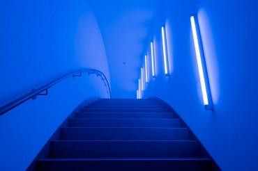 Architekturfotografie Fotograf Studio Oberfranken Verbindungsbrücke von innen in blauem LED-Licht, Gebäude Zuckerhut. Feigfotodesign
