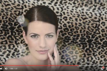 Nahaufnahme brünette Frau mit natürlichem Look vor Leopardenmuster. Feigefotodesign
