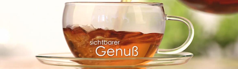 Teetasse aus Glas auf Untersetzer wird mit Tee gefüllt, Screenshot YouTube. Feigefotodesign