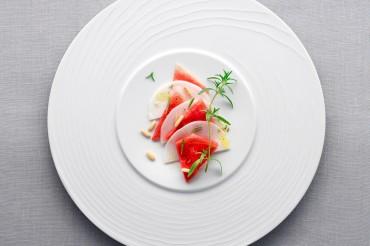 Food-Aufnahme von sommerlichem Melonen-Rettich-Carpaccio