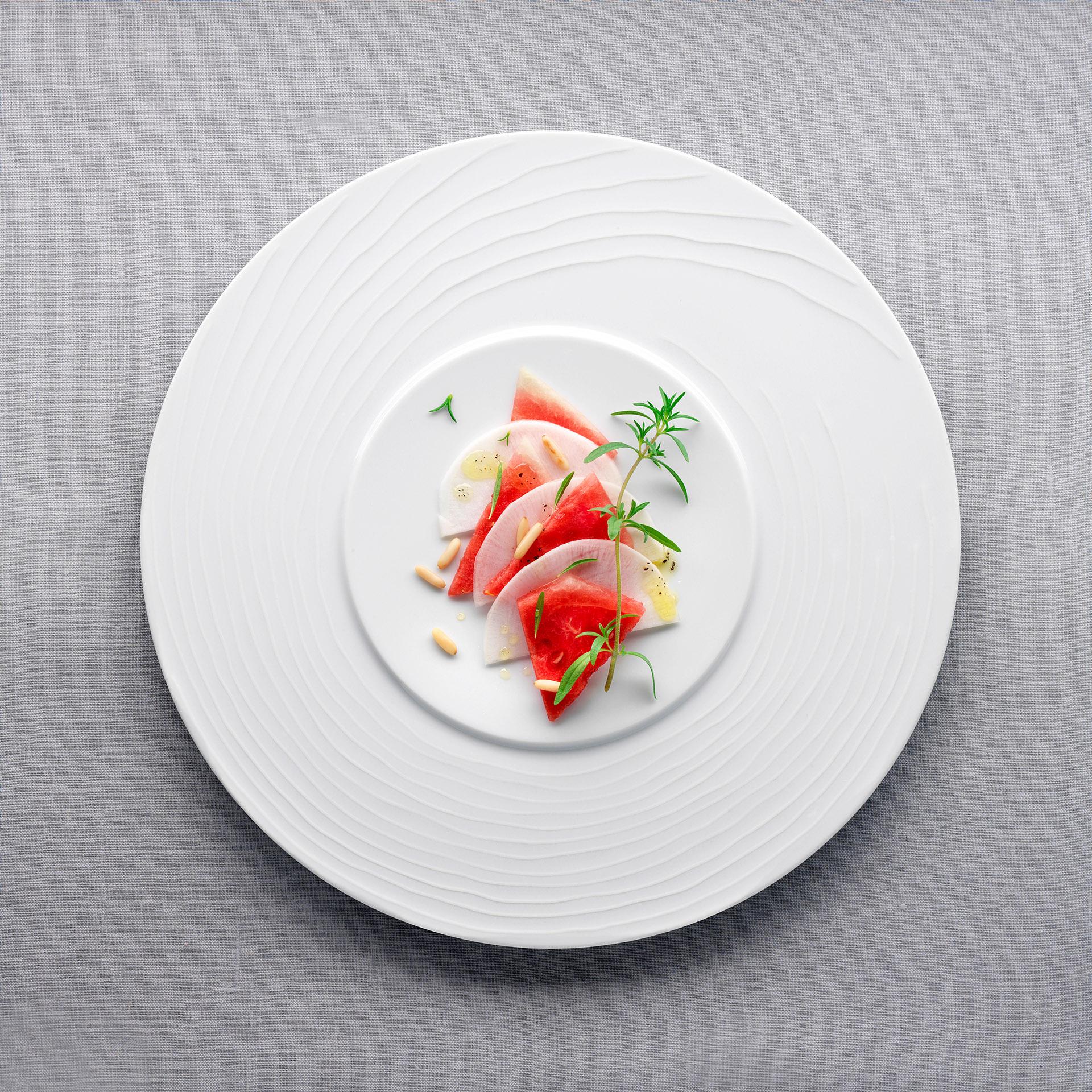 Food-Aufnahme von sommerlichem Melonen-Rettich-Carpaccio. Feigefotodesign