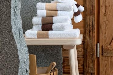 Handtücher der Serie Exclusiv by Feiler Frottier und Chenille in weiß braun in Sauna. Feigefotodesign