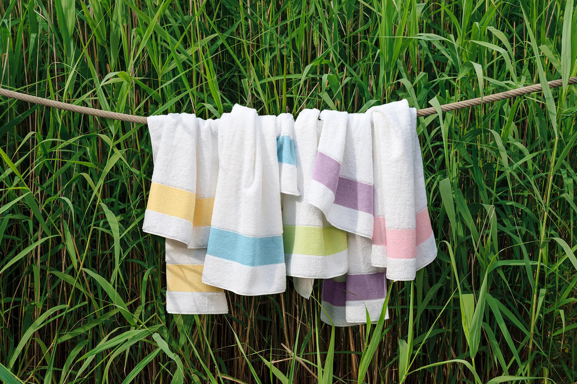Werbefotografie bunte Handtücher auf Leine der Serie Exclusiv by Feiler Frottier und Chenille. Feigefotodesign