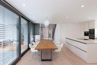 Lichtdurchfluteter Essbereich von Architekt Markus Weber. Feigefotodesign