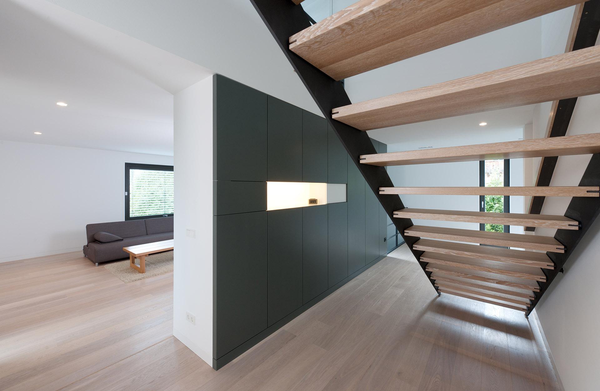 Offener Flur mit Treppe von Architekt Markus Weber. Feigefotodesign