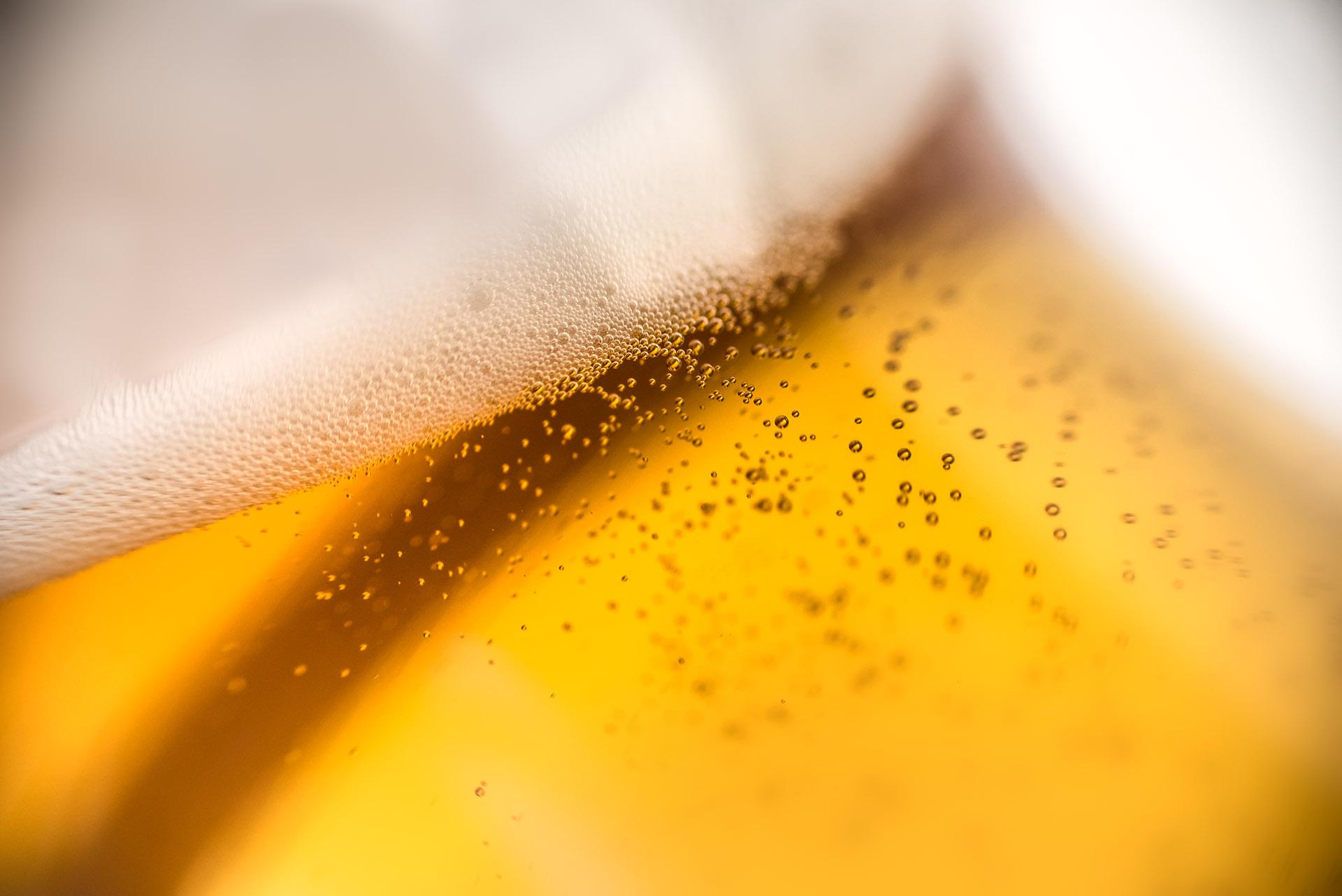 Werbefotografie Studio Oberfranken Close Up von Kohlensäueperlen und Bierschaum eines Pils. Feigefotodesign
