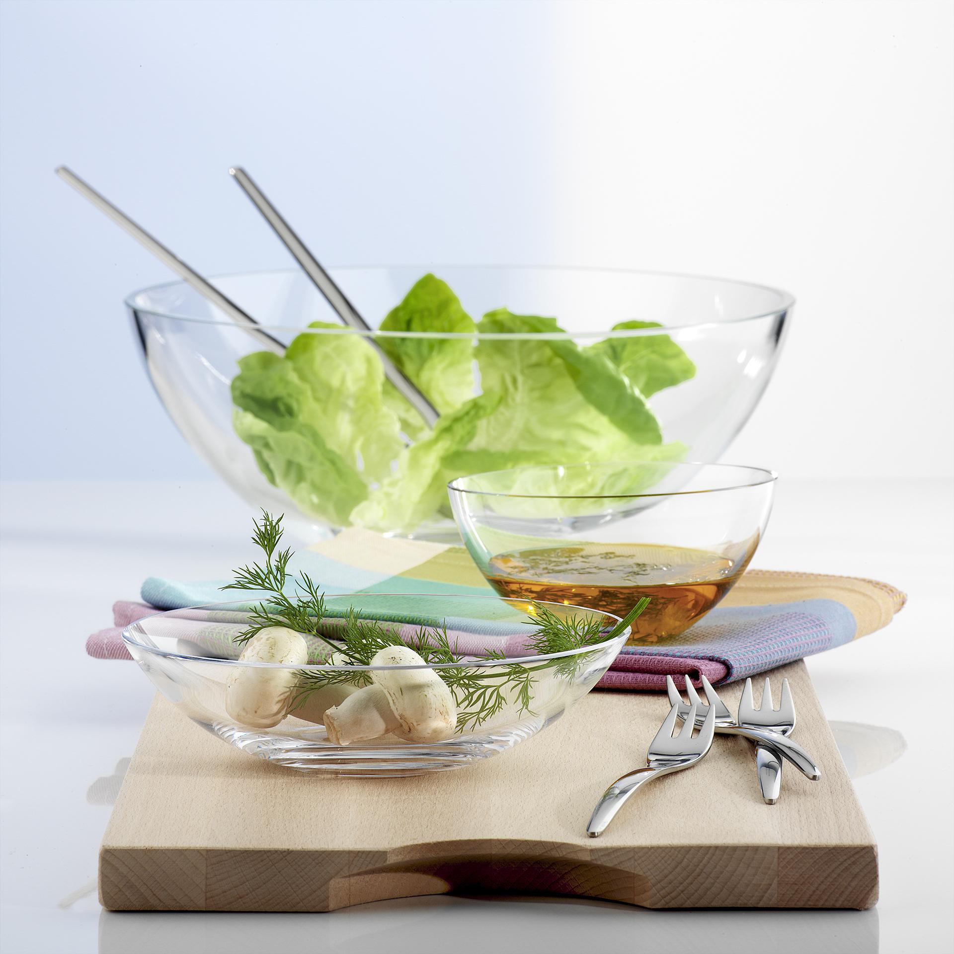 Produktfotografie Werbefotografie Salatschüsseln in drei Größen mit Salat und Dressing Inhalt auf Holzbrett. Feigefotodesign
