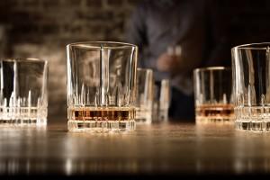 Werbefotografie Teilweise gefüllte Whiskeygläser der Spiegelau Perfect Serve Collection by Stephan Hinz auf Bartresen