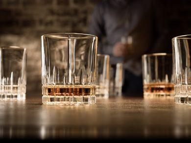 Werbefotografie Teilweise gefüllte Whiskeygläser der Spiegelau Perfect Serve Collection by Stephan Hinz auf Bartresen. Feigefotodesign
