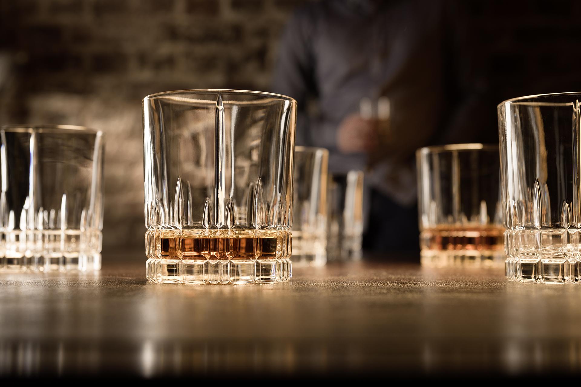 Werbefotografie Fotostudio Oberfranken Teilweise gefüllte Whiskeygläser der Spiegelau Perfect Serve Collection by Stephan Hinz auf Bartresen. Feigefotodesign