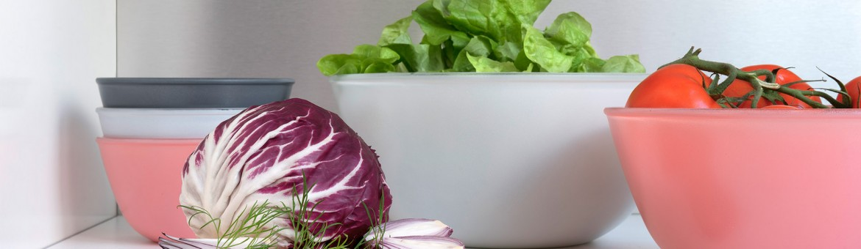 Werbefotografie Studio Oberfranken Große und kleine Schüsseln der Serie Play of Colors mit Salaten und Tomaten. Feigefotodesign