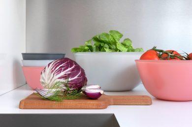 Werbefotografie Große und kleine Schüsseln der Serie Play of Colors mit Salaten und Tomaten. Feigefotodesign