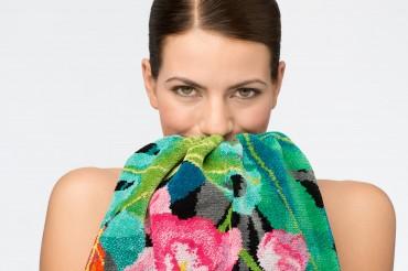 Model mit floralem Handtuch der Serie Rainforest by Feiler Chenille. Feigefotodesign