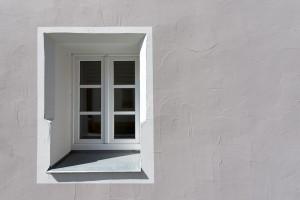 Fenster mit weißem Rahmen an grauem Wohnhaus in Kemnath