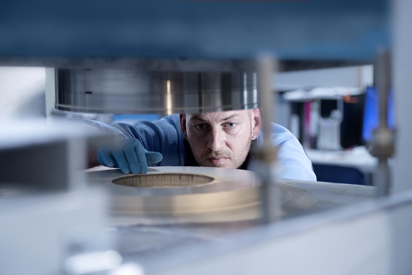 Mitarbeiter von FCTI in Sonneberg bei Kontrolle in Produktion. Feigefotodesign