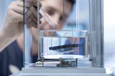 Werbefotografie Studio Oberfranken Nahaufnahme Mitarbeiter in Labor bei Werkstoffprüfung. Feigefotodesign
