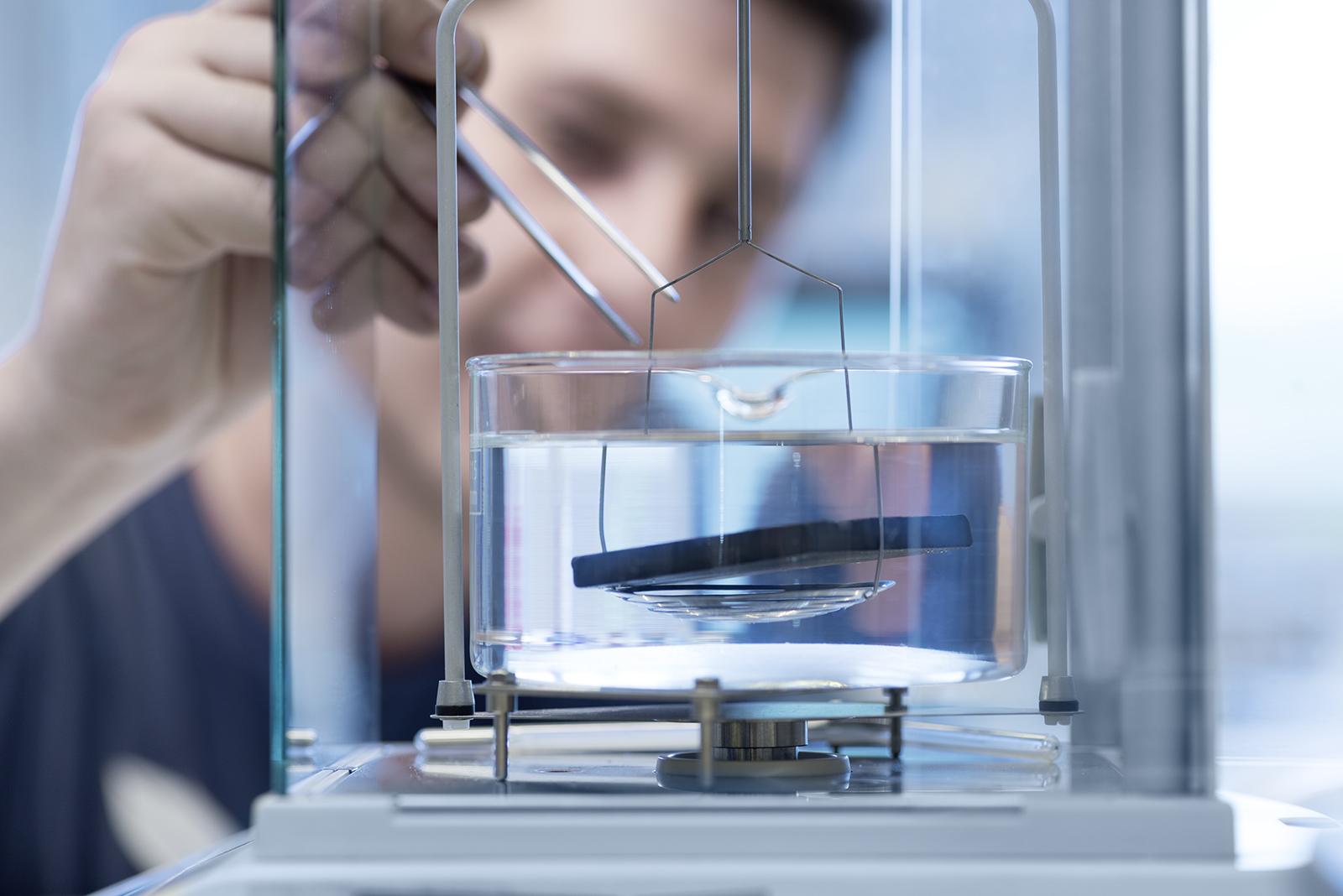 Nahaufnahme Mitarbeiter in Labor bei Werkstoffprüfung. Feigefotodesign