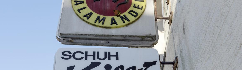 Werbetafeln an Hausfassade von Schuhgeschäft Kuchenreuther in Waldershof. Feigefotodesign