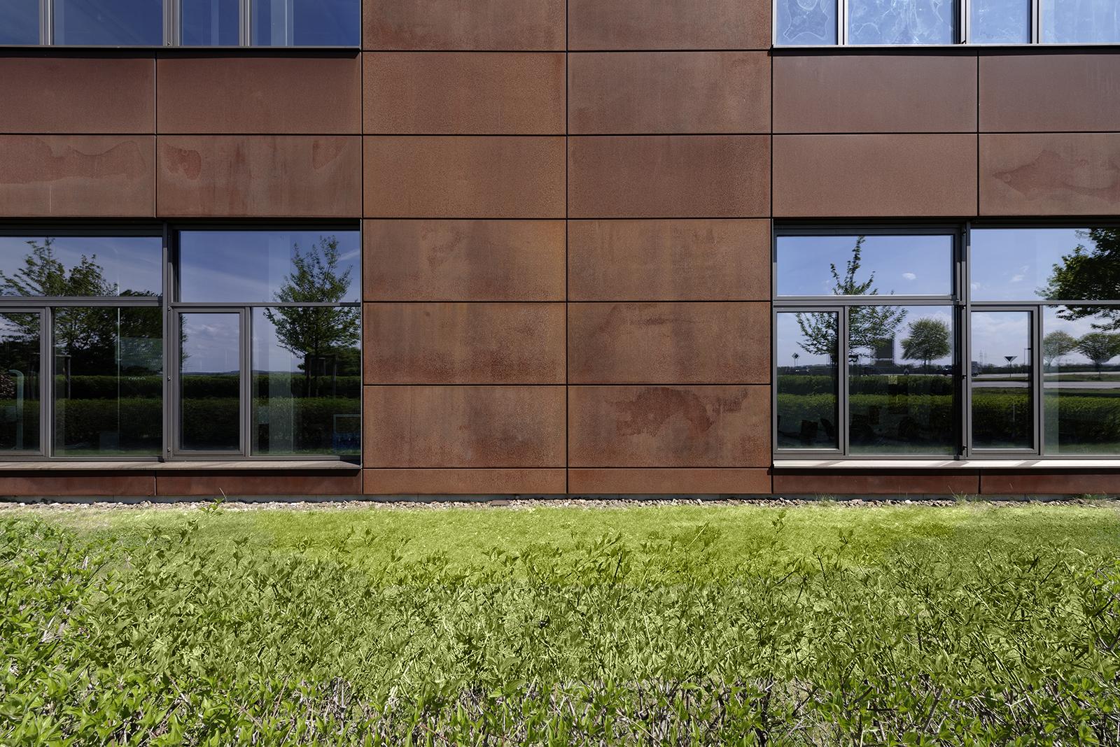 Close-Up Außenarchitektur Metallinnung Garching München Fassade. Feigefotodesign aus Cartenstahl