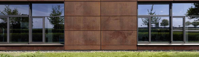 Close-Up Außenarchitektur Metallinnung Garching München Fassade aus Cartenstahl. Feigefotodesign