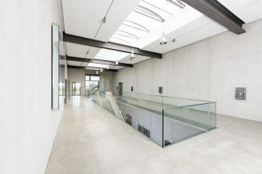 Architekturfotografie Fotograf Studio Oberfranken Innenarchitektur Metallinnung Garching München Obergeschoss mit Treppe. Feigefotodesign