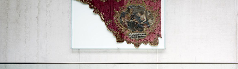 Historische Innungsfahne an Wand in Gebäude der Metallinnung in Garching München. Feigefotodesign