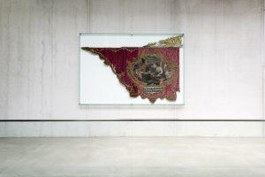 Architekturfotografie der historischen Innungsfahne an Wand in Gebäude der Metallinnung in Garching München