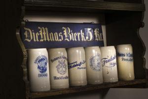 Historische Bierkrüge aus Stein mit bayerischen Wappen verziert