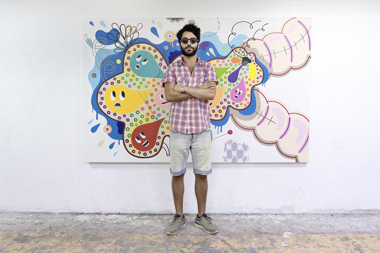 Albert Pinya Steht vor einem seiner Gemälde. Feigefotodesign