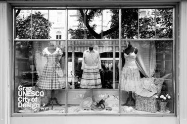 """Schaufenster Modegeschäft mit Aufdruck """"Graz UNESCO City of Design"""" in Graz, Österreich. Feigefotodesign"""