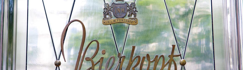 """Eingangstür mit Schiftzug """"Bierkopf"""" und Wappen des Inhabers in Graz, Österreich. Feigefotodesign"""