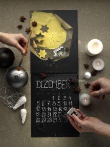 Weihnachtliches Kalendermotiv des Handcrafted Fotokalenders 2016 umgeben von Weihnachtsdekoration