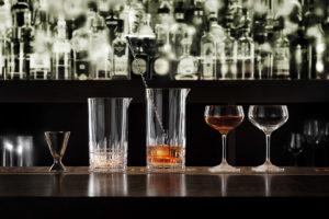 Werbefotografie Cocktailgläser und Jigger aus Perfect Serve Collection by Stephan Hinz auf Bartresen