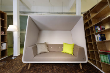 modernes Sitzmöbel bei firma tenowo. feigfotodesign.