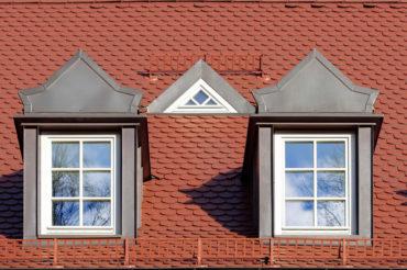 zwei historische dachgaben die rekonstruiert wurden.